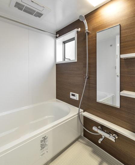 名古屋市中川区メゾネット賃貸アパートの窓付きの木目模様がアクセントのバスルーム