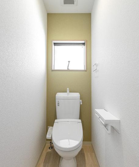 名古屋市中川区メゾネット賃貸アパートの窓付きの明るいトイレ