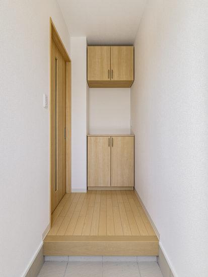 名古屋市天白区のモダンな外観デザインの戸建賃貸住宅の下駄箱の付いた玄関ホール
