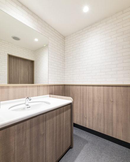 岐阜県のファストフード店舗のシンプルなデザインの洗面所