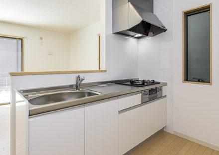 名古屋市天白区のモダンな外観デザインの戸建賃貸住宅のガスコンロ付きの白色のキッチン