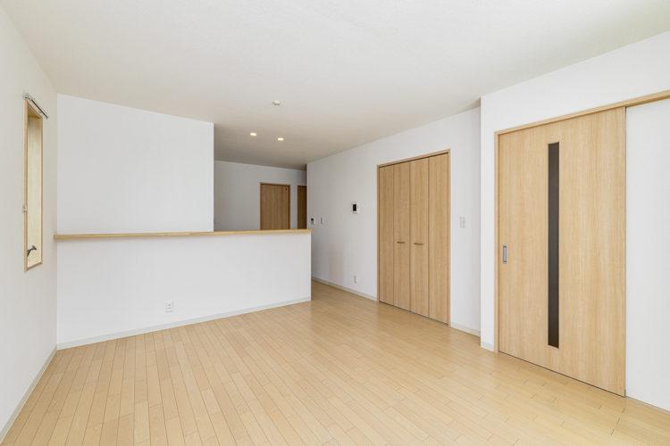 名古屋市天白区のモダンな外観デザインの戸建賃貸住宅の木目調の床とドアに白い壁のナチュラルなデザイン