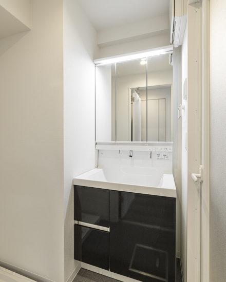 名古屋市中区のおしゃれなワンルームマンションの3枚の鏡の付いた洗面台