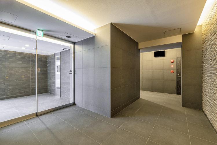 名古屋市中区のおしゃれなワンルームマンションの広々としたエントランスホール