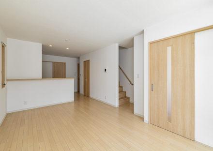 名古屋市天白区のモダンな外観デザインの戸建賃貸住宅のナチュラルカラーの階段付きLDK