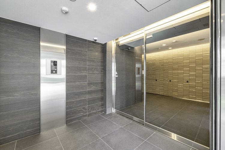 名古屋市中区のおしゃれなワンルームマンションの明るく高級感のある風除室