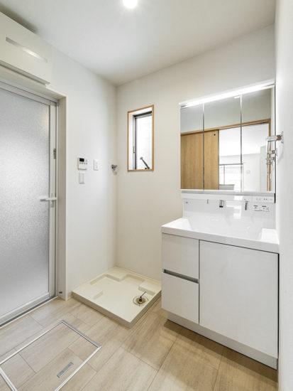 名古屋市天白区のモダンな外観デザインの戸建賃貸住宅の窓があり明るい洗面室