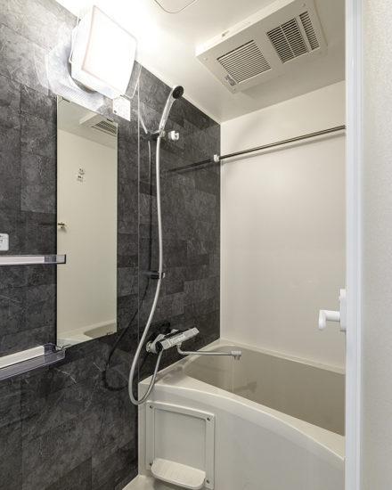 名古屋市中区のおしゃれなワンルームマンションのダークな色合いのおしゃれなバスルーム
