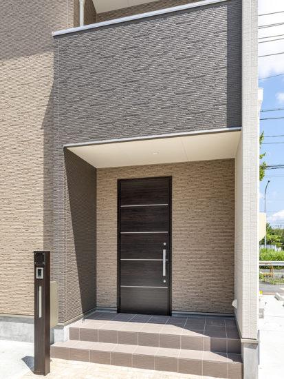 名古屋市天白区のモダンな外観デザインの戸建賃貸住宅のダークブラウンのおしゃれな玄関ドア