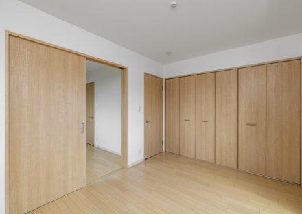 名古屋市天白区のモダンな外観デザインの戸建賃貸住宅の収納が多くついた洋室