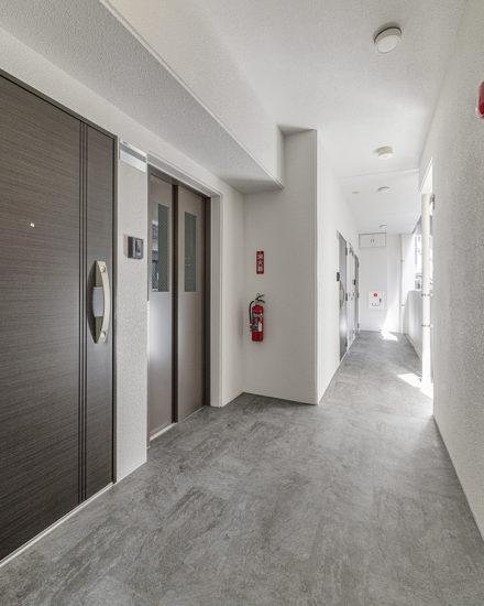 名古屋市中区のおしゃれなワンルームマンションのおしゃれな玄関ドアと共用廊下