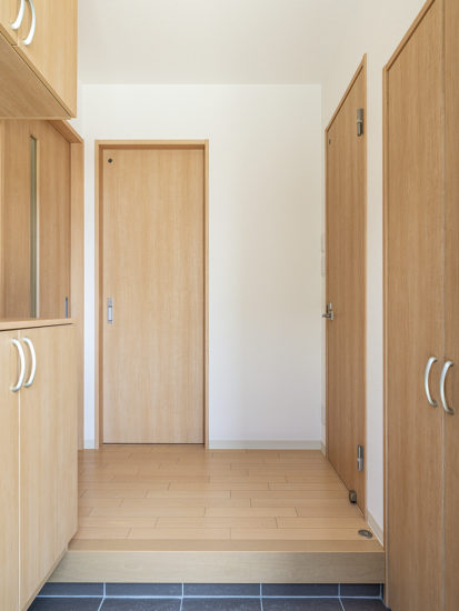 名古屋市天白区のモダンな外観デザインの戸建賃貸住宅の木目を活かしたナチュラルカラーの玄関ホール