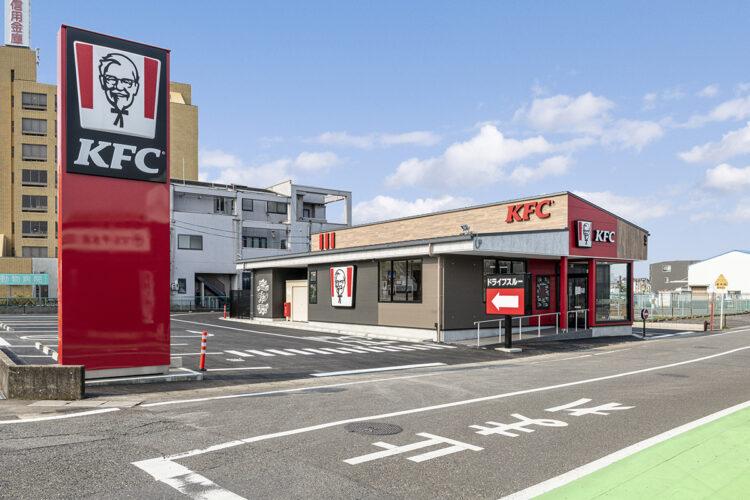 岐阜県のファストフード店舗の赤、黒、木目のモダンな外観デザイン