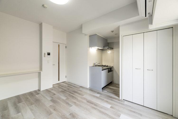 名古屋市中区のおしゃれなワンルームマンションのコンパクトなキッチンの付いた洋室