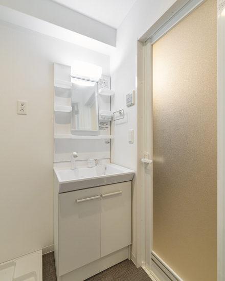 名古屋市中区のおしゃれなワンルームマンションの白を基調としたシンプルな洗面室