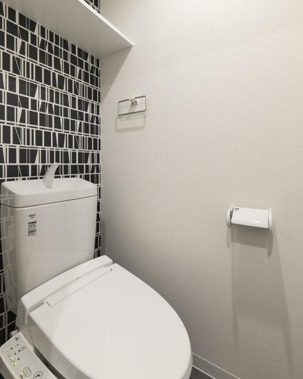 名古屋市中区のおしゃれなワンルームマンションのモダンな壁紙のトイレ