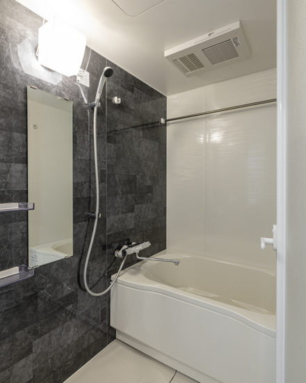 名古屋市中区のおしゃれなワンルームマンションのワンルームでも広さのあるバスルーム