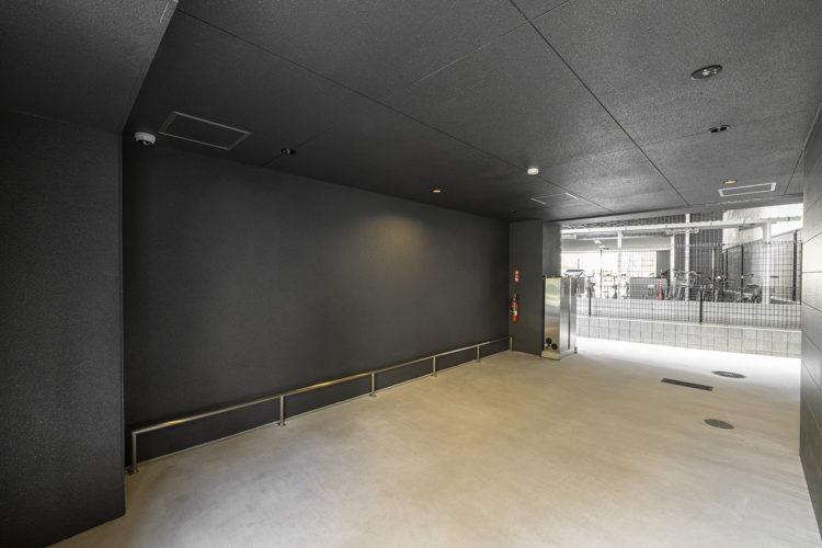名古屋市中区のおしゃれなワンルームマンションのダークカラーの駐輪場