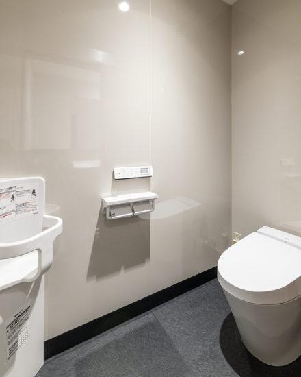 岐阜県のファストフード店舗のベビーシート付のシンプルなデザインのタンクレストイレ