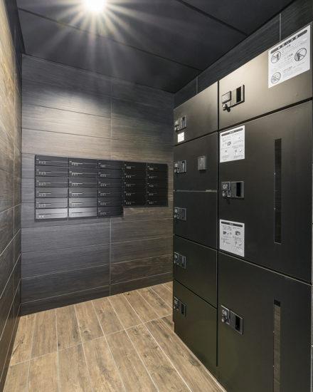 名古屋市中区のおしゃれなワンルームマンションの黒色のメールボックスと宅配ボックス