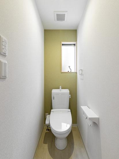 名古屋市天白区のモダンな外観デザインの戸建賃貸住宅の窓付きの明るいトイレ