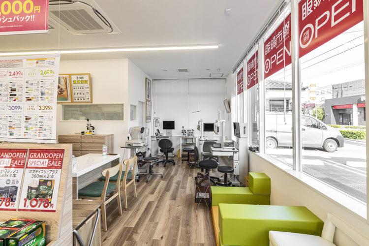 愛知県春日井市の店舗の机や椅子がある店内
