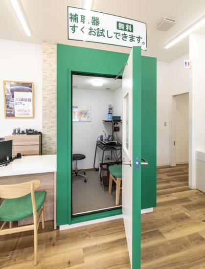 愛知県春日井市の店舗の防音室の聴力検査コーナー