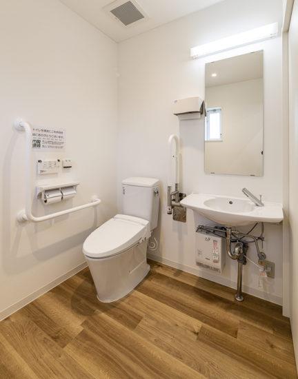 愛知県春日井市の店舗の手すりの付いたトイレ
