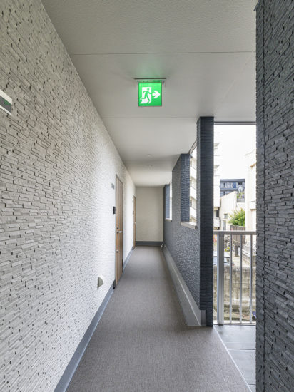 名古屋市名東区の外光が入り明るい2階共用廊下