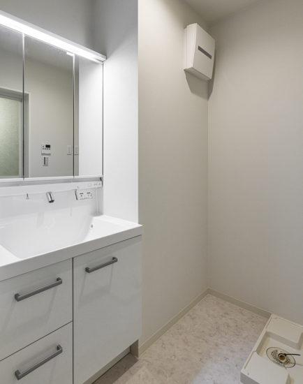 名古屋市名東区の白を基調とした洗面室