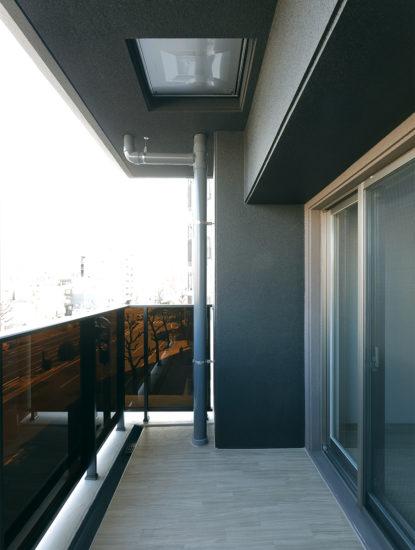 名古屋市千種区の13階建て賃貸マンションのダークブラウンのパネルの付いたバルコニー