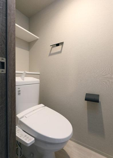 名古屋市千種区の13階建て賃貸マンションの棚の付いたモダンなトイレ