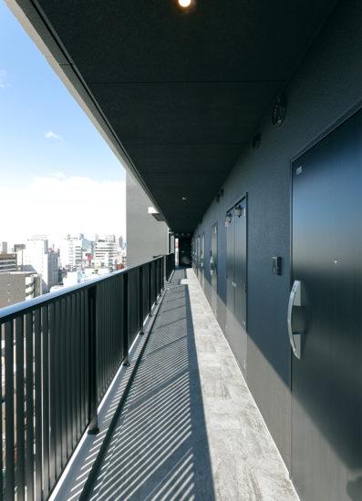 名古屋市千種区の13階建て賃貸マンションのおしゃれで落ち着いた共用廊下