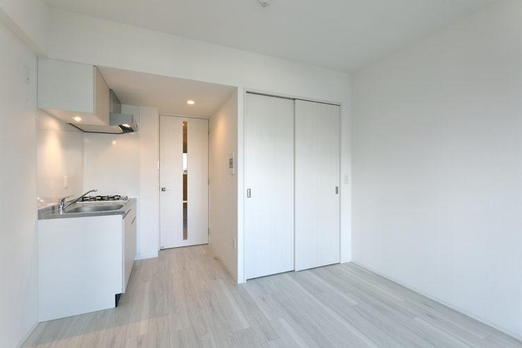 名古屋市千種区の13階建て賃貸マンションのクローゼットとキッチンの付いたワンルーム