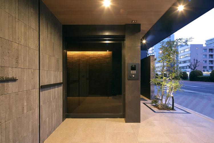 名古屋市千種区の13階建て賃貸マンションとオートロック付きのエントランスとおしゃれなアプローチ
