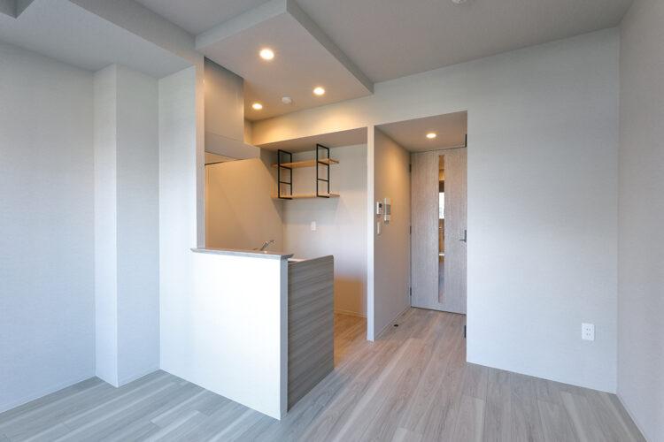 名古屋市千種区の13階建て賃貸マンションのキッチン後ろの棚がおしゃれなワンルーム