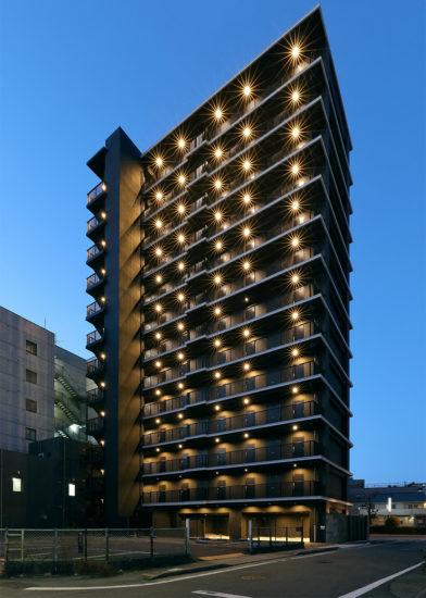 名古屋市千種区の13階建て賃貸マンションの南東面の外観デザイン(夜景)