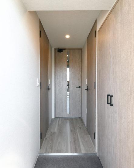 名古屋市千種区の13階建て賃貸マンションのシューズボックスの付いた玄関