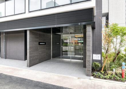 名古屋市東区の11階建てワンルームマンションのダークな色合いの高級感のあるエントランス